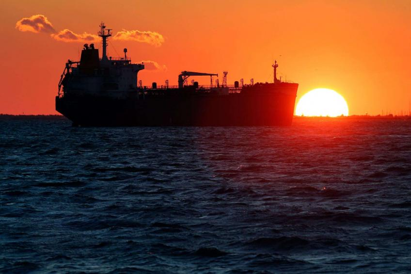 Crude oil posts weekly plunge, as US inventories rise