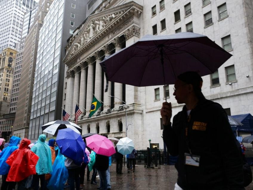 Wall St. ends lower despite a thaw in trade tension, as Apple weighs on