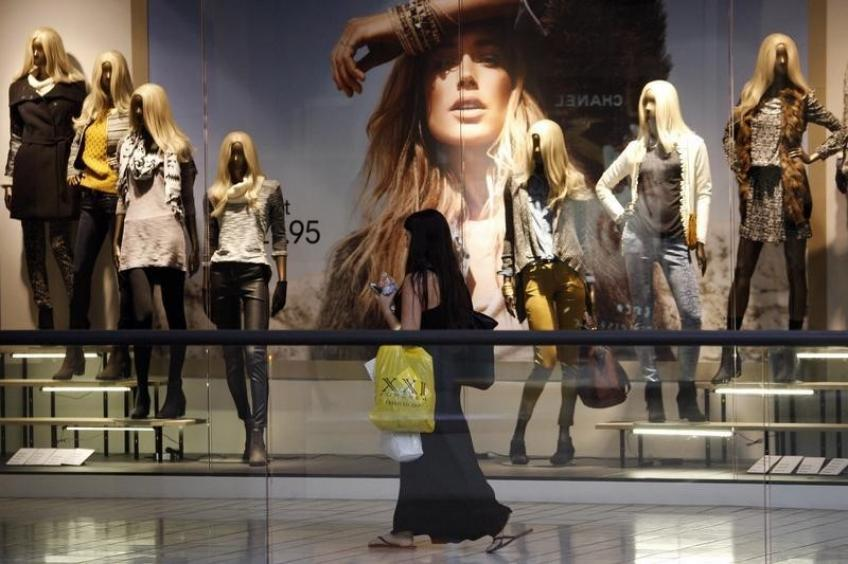 US retail sales contracts, cast shadows over slowing US economy