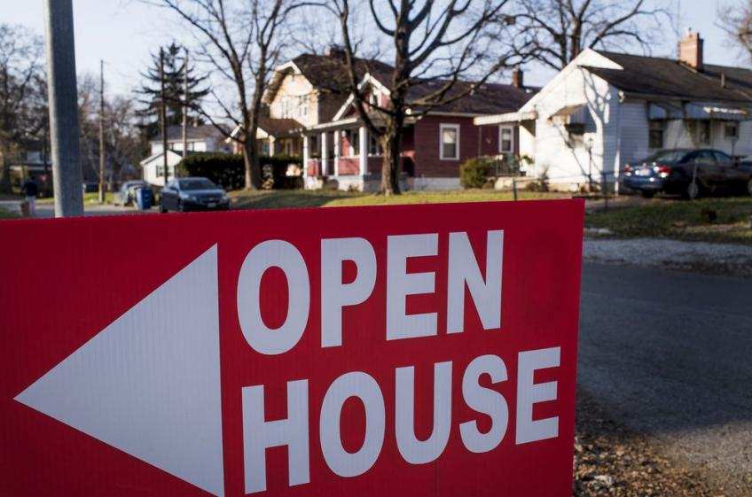 US consumer confidence drops, housing market firms on low mortgage rate