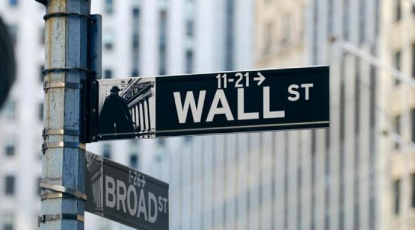 Wall St. edges higher as earnings paint a mixed picture