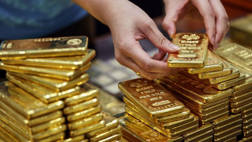 Gold tumbles 4.5%; palladium faces off worst week on record