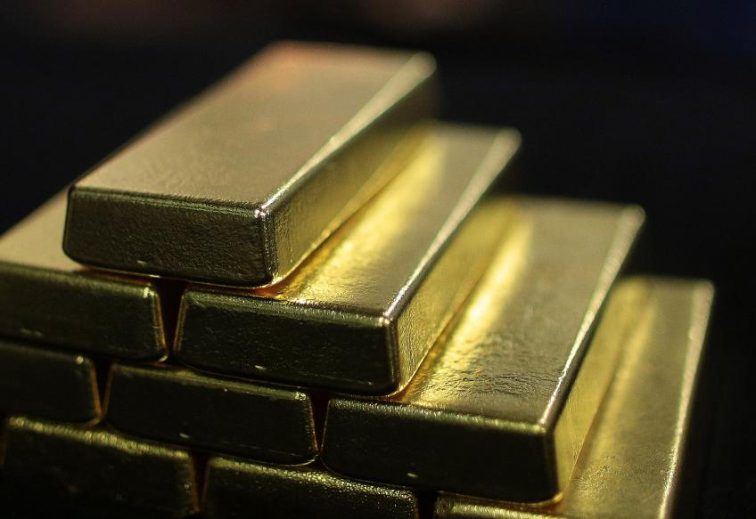 Gold rises, regains safe-haven bid as pandemic re-emergence fear jitters