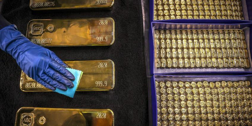 Gold surges past $2000 an ounce as American Dollar hits two-year lows