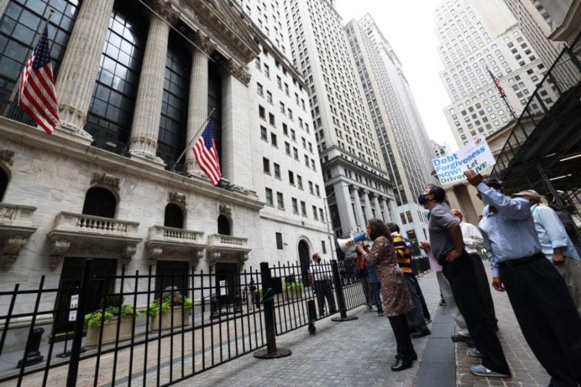S&P 500, Dow edge higher for third straight day; retailer-frenzy led volatility eases