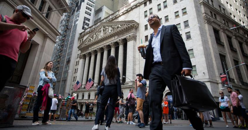 Wall St rally halts, as investors await corporate earnings report next week