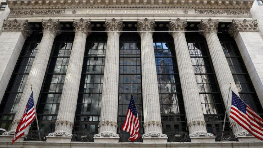 Wall St. closes slightly higher as Fed minutes feed stable rate outlook