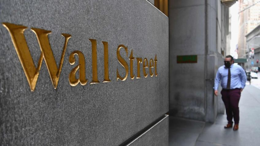 Wall St. perks up as S&P 500, Dow ring in records for third straight day