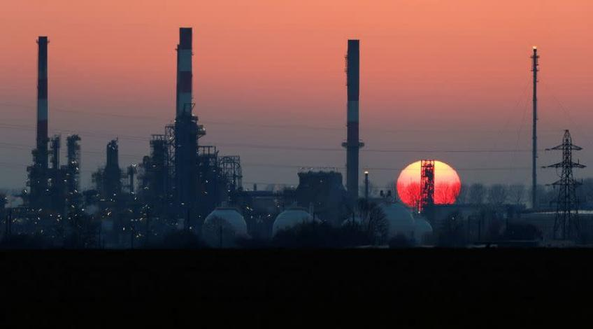 Crude oil edges lower, posts weekly decline on dismal supply & demand outlook