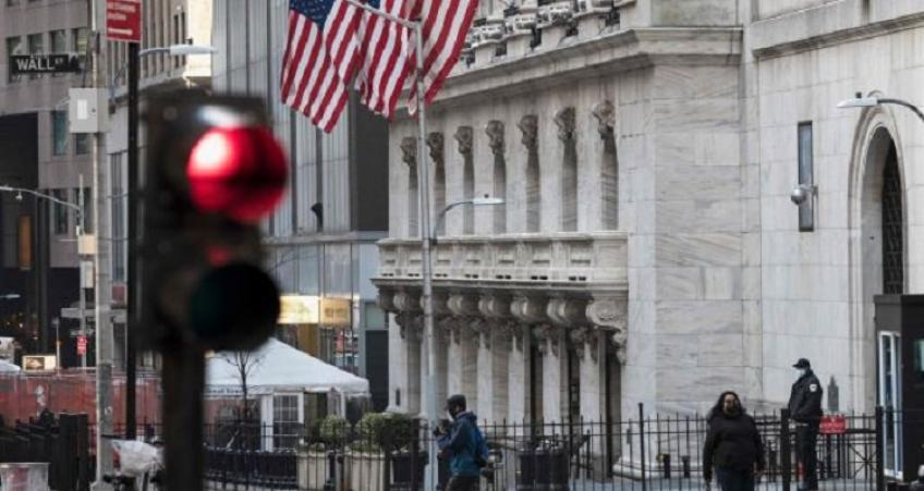 Wall St. ends lower in choppy session; Dow edges higher on bank earnings