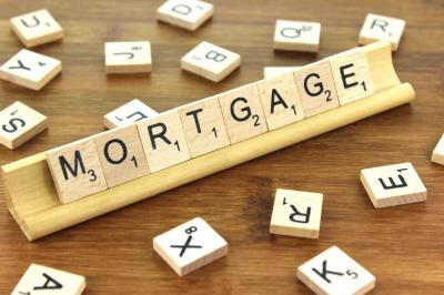 As fears over economic slowdown loom, mortgage rates drop in US