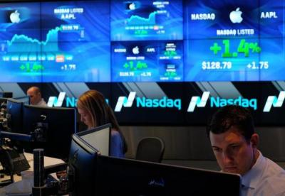 Tech stocks surge Wall St., weak corporate figures overpowered